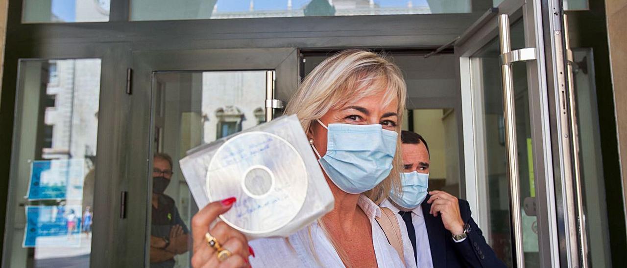 La exalcaldesa Sonia Castedo tras recoger la sentencia del PGOU el pasado 19 de julio. | JOSE NAVARRO