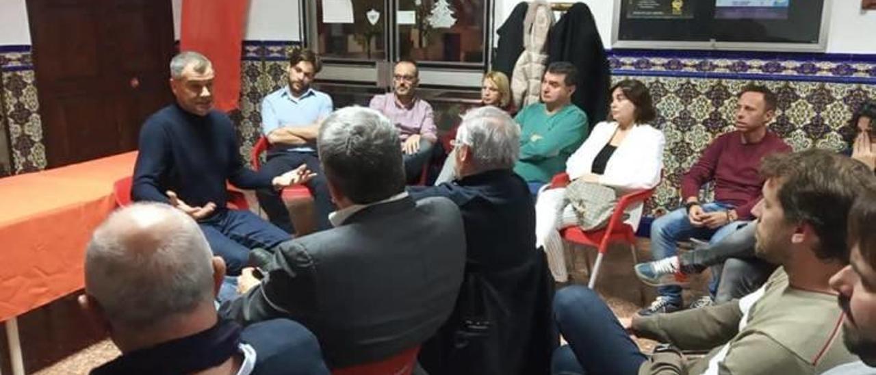 Momentos del encuentro de afiliados de Cs con Toni Cantó en el Port.