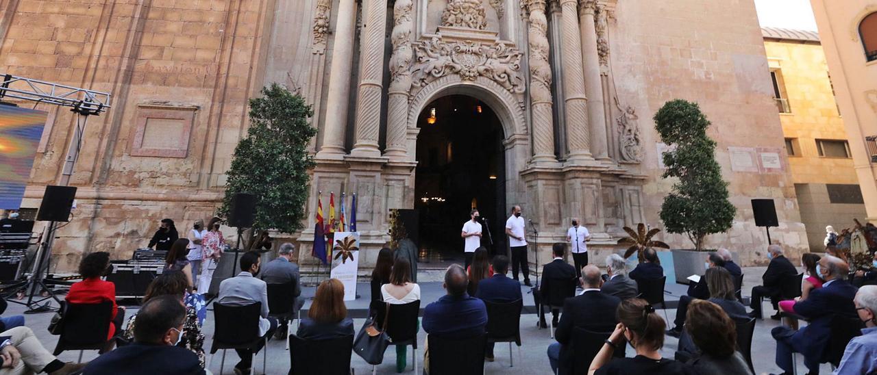ACTUACIÓN. Los cantores interpretaron varios motetes del Misteri d'Elx a lo largo del acto central de celebración del XX aniversario de la declaración por la Unesco.
