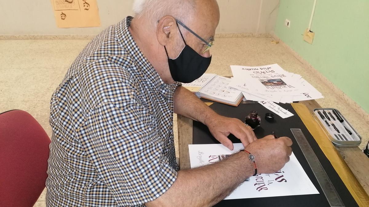 Jesús Santiago realizando escritura caligráfica durante la exposición en Bermillo en agosto de 2020.