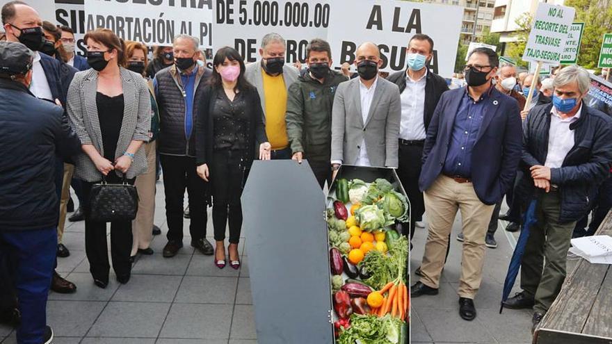 Agricultores y empresarios exigen al Gobierno que no toque el trasvase y reclaman la implicación del Consell