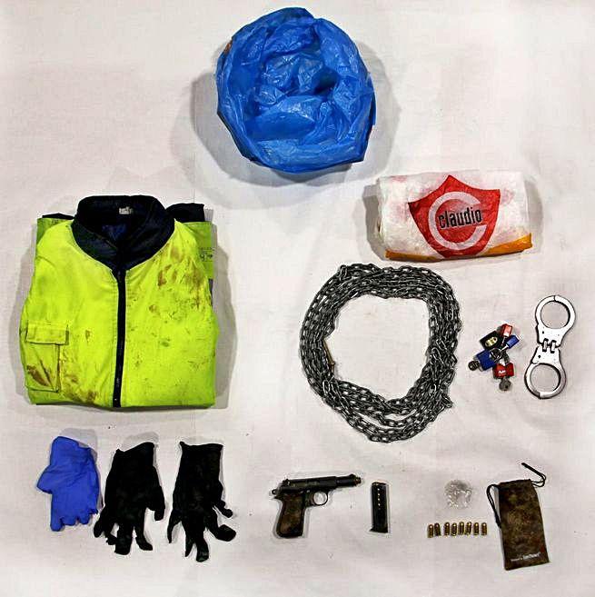 Cadenas, grilletes y el arma que la Guardia Civil localizó en el lugar del crimen. |   // GUARDIA CIVIL