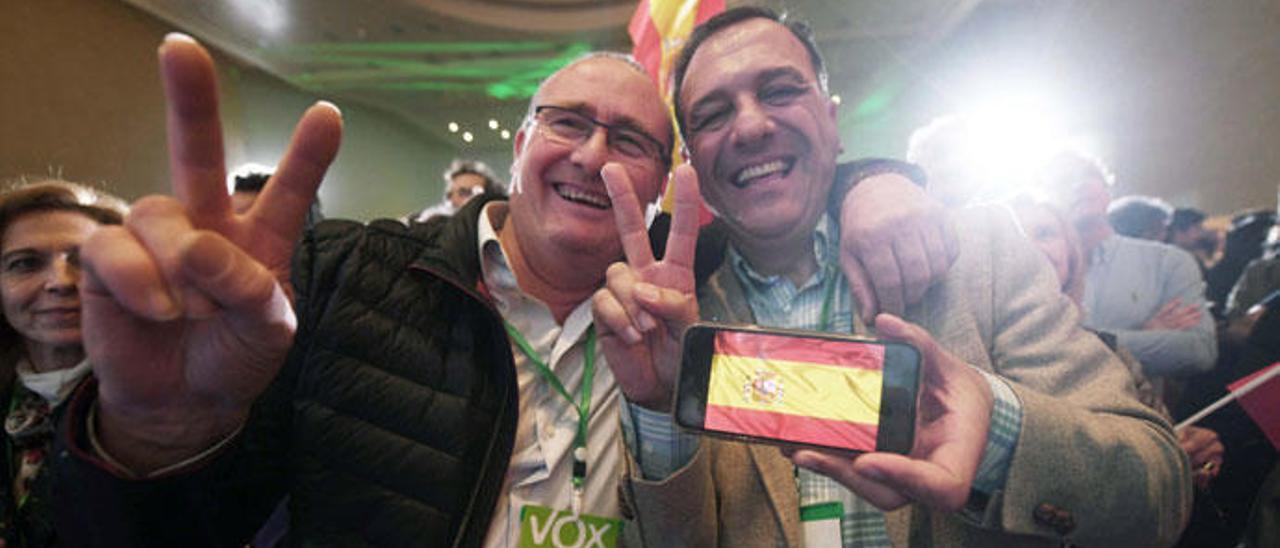 Dos simpatizantes de Vox celebran el resultado de su formación.