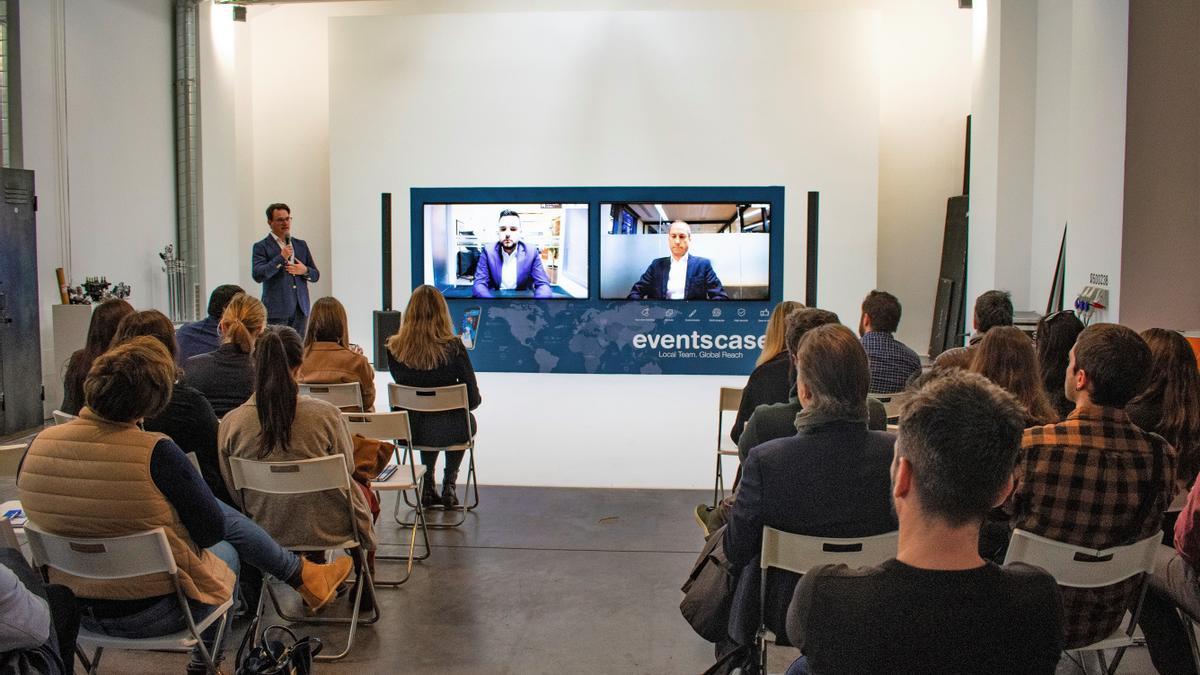 EventsCase está especializada en la realización de eventos híbridos, en los que cuenta con asistentes presenciales junto a conferenciantes virtuales.