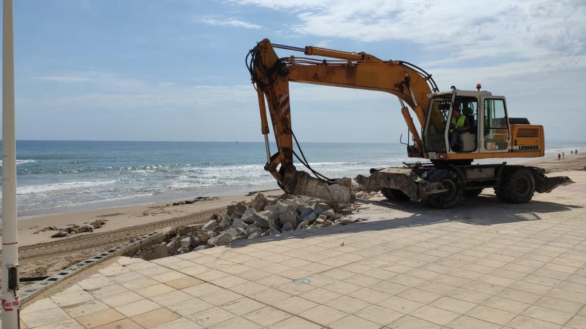 La demolición, esta mañana, de un tramo del paseo marítimo de Bellreguard.
