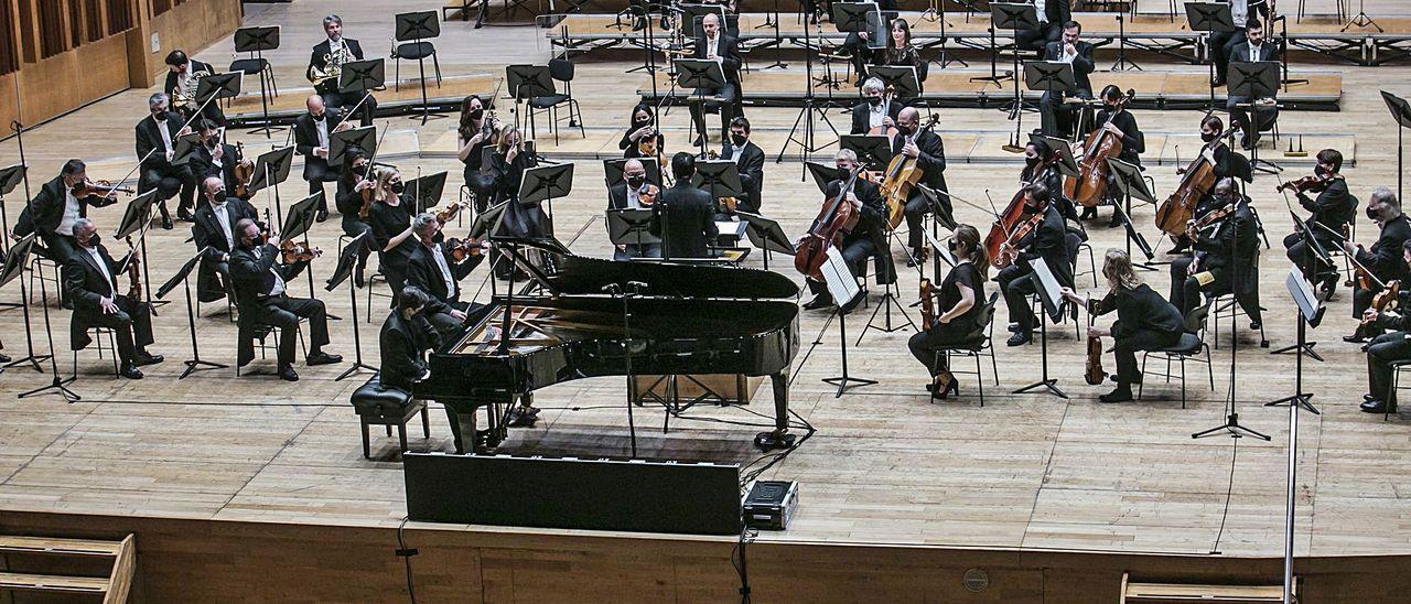 La OSPA, durante un concierto en el Auditorio de Oviedo.   Irma Collín