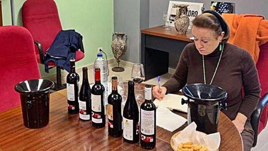 Margaret Rand valora en la sede del Consejo Regulador referencias de vino de varias bodegas de Toro.