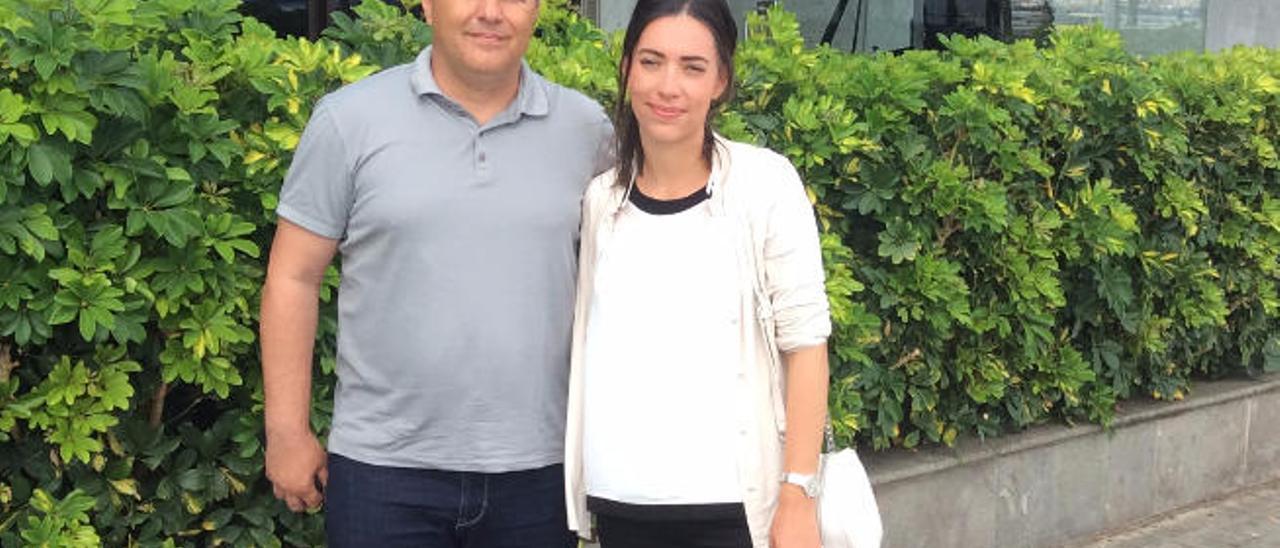 Dragan y Madja Skocic, ayer, a las puertas de la redacción de LA PROVINCIA / DLP.