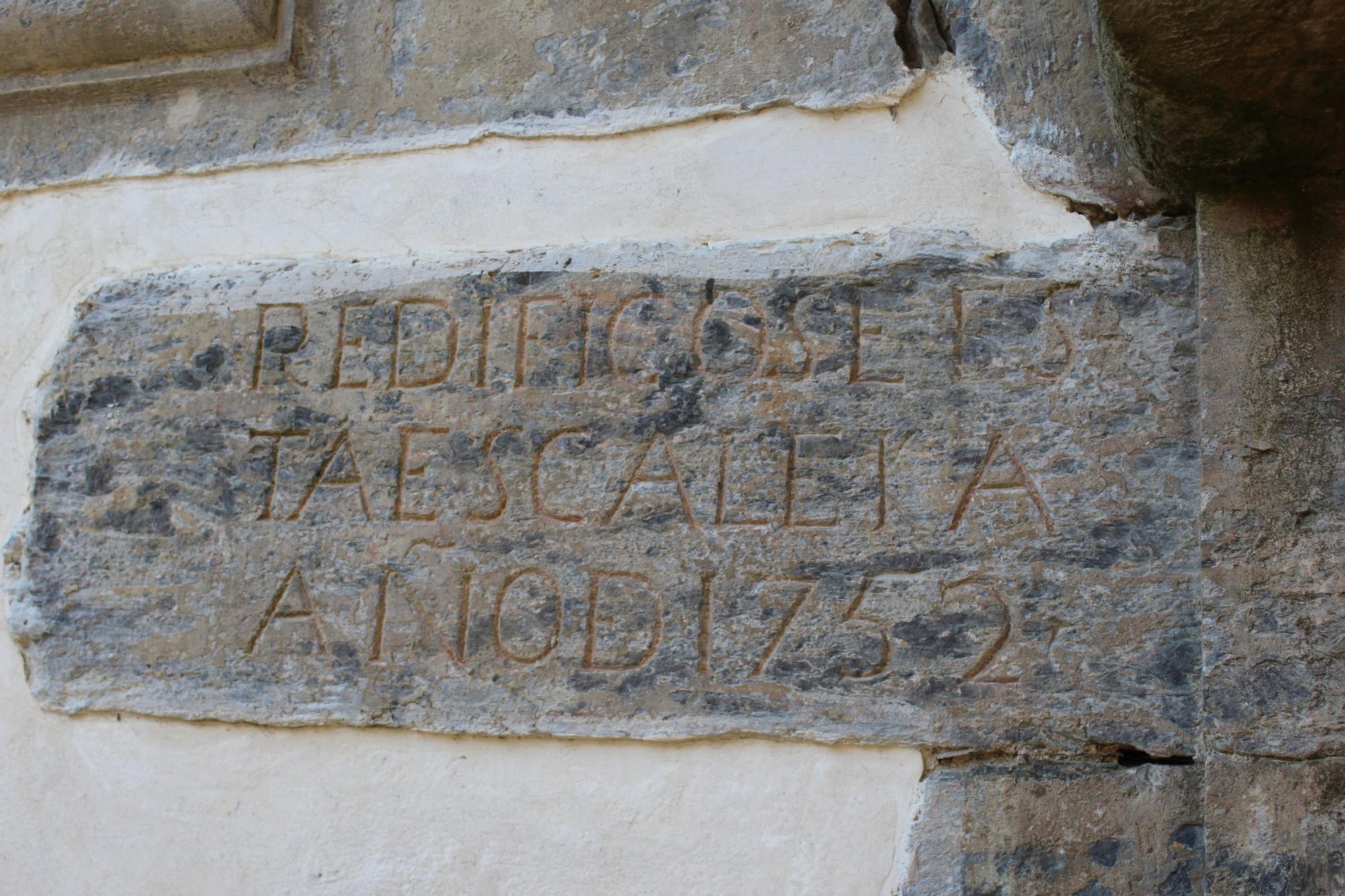 Inscripción en piedra en el patio del palacio
