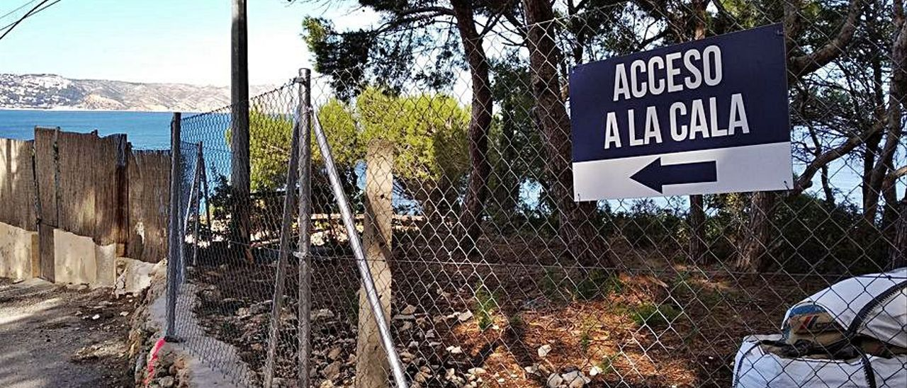 Uno de los letreros que envían a un acceso que no existe.   A.P.