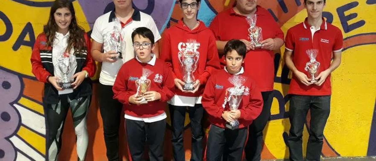 Los galardonados del Fontecarmoa posan con sus respectivos trofeos. // FdV