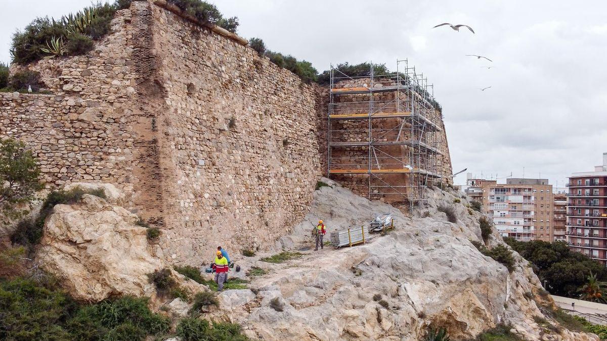 Obras en el muro del Fuerte de Despeñaperros.