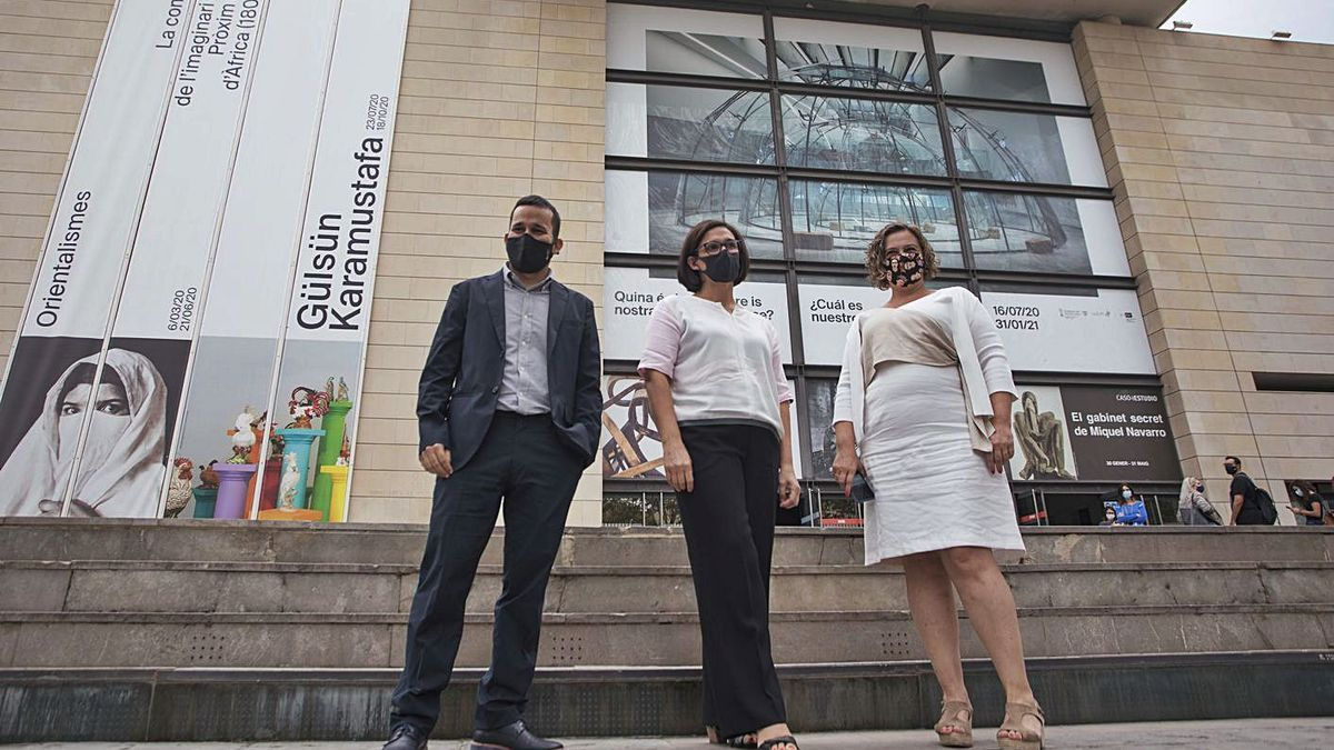 El conseller Marzà, la directora del IVAM Nuria Enguita y la secretaria autonómica Raquel Tamarit.   | FERNANDO BUSTAMANTE