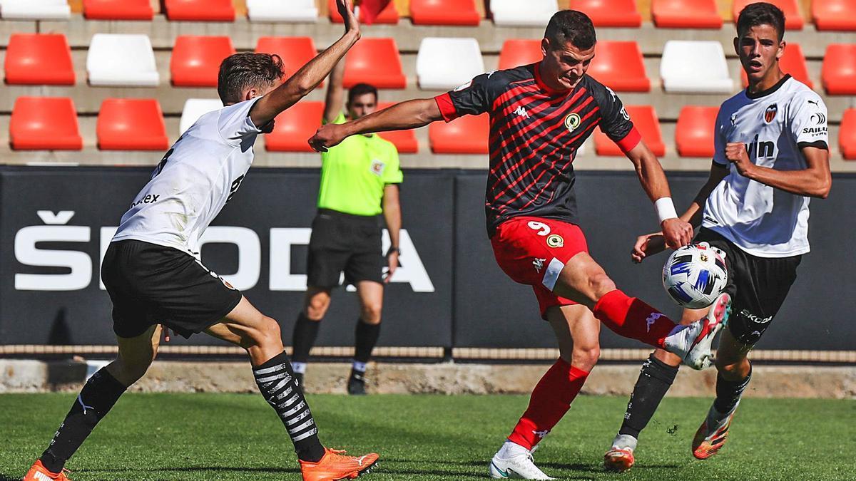 Sergio Buenacasa controla el balón durante el partido del domingo en Paterna ante el Mestalla.