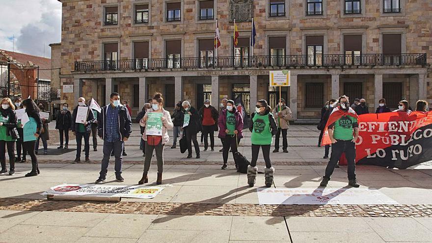 """Medio centenar de personas piden una salida """"justa"""" para la crisis del COVID"""