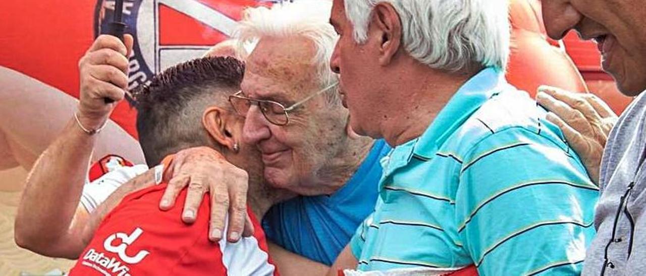 Maradona abraza a Rodolfo Fernández, en diciembre de 2019