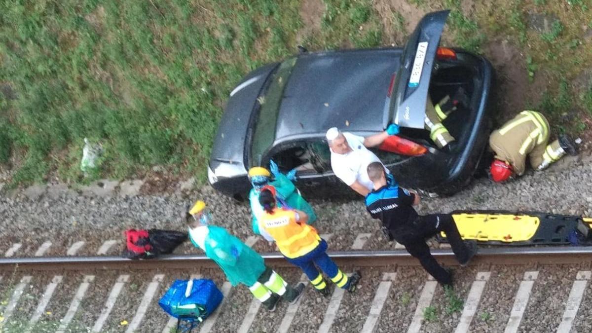 El coche siniestrado junto a las vías del tren en Cesantes. / C.R.
