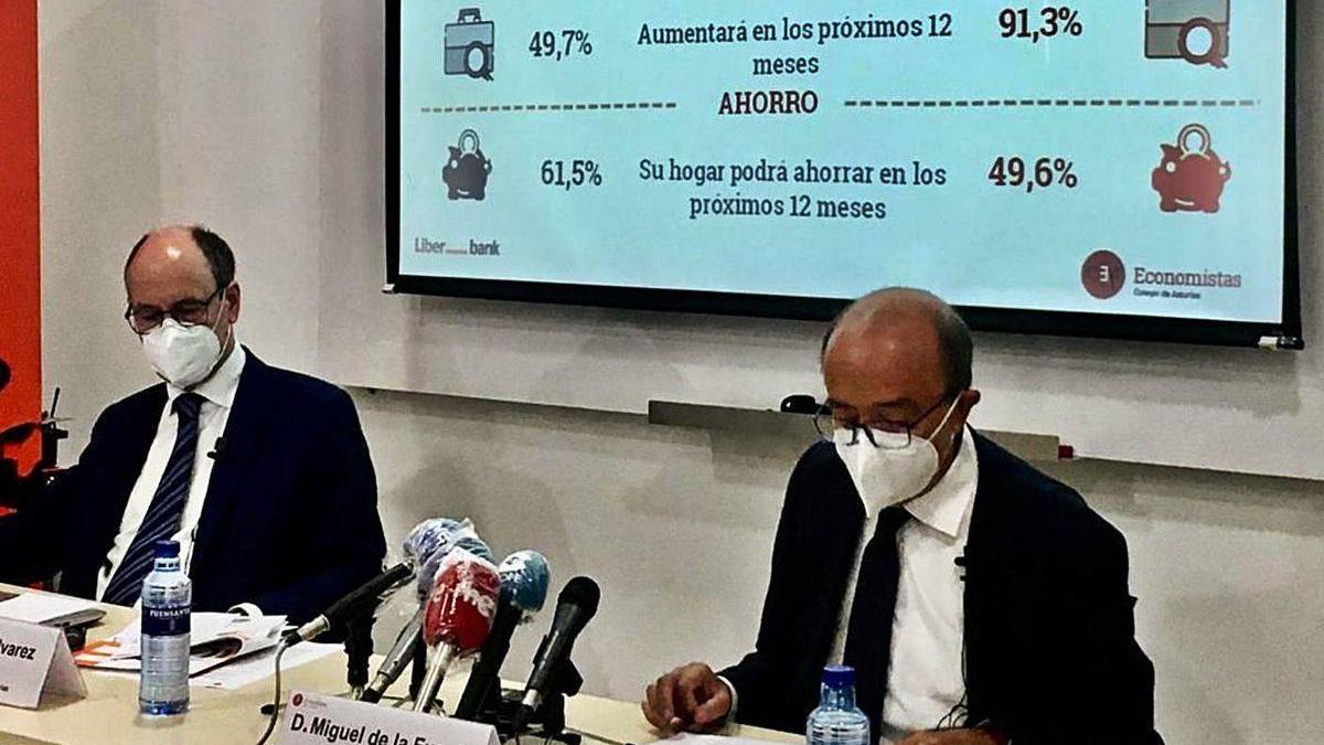 """De izquierda a derecha, Santiago Álvarez y Miguel de la Fuente, ayer, al presentar el """"Económetro de Asturias""""."""