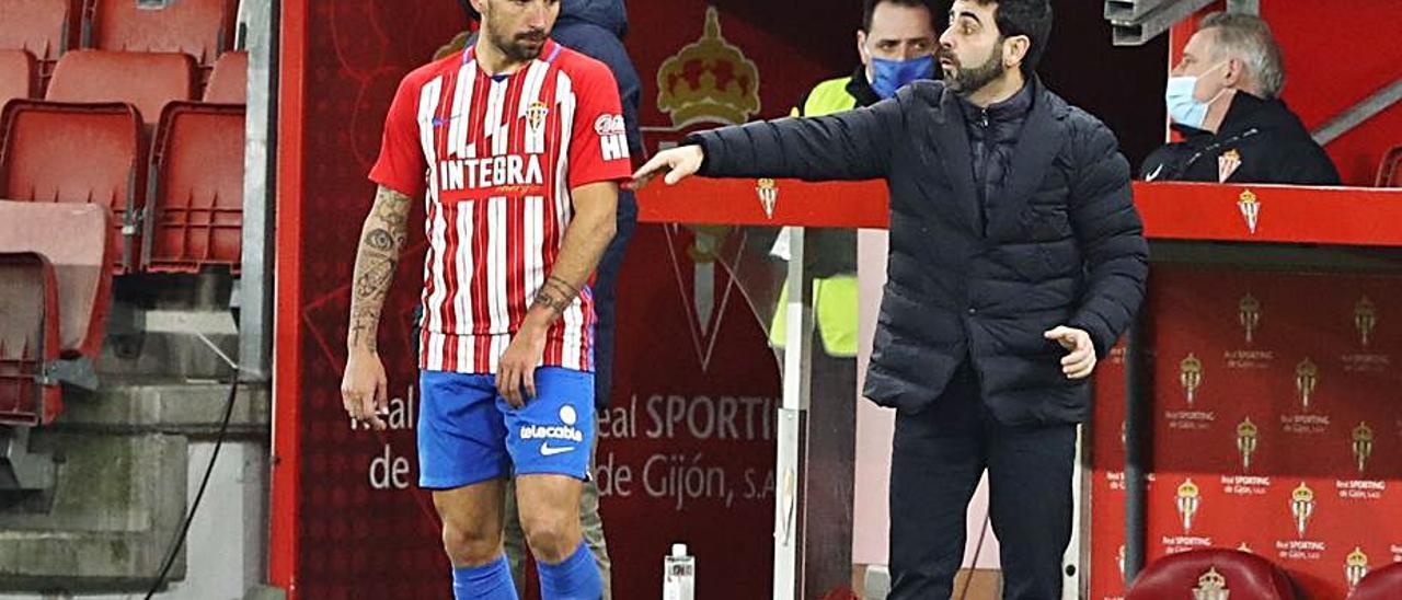 David Gallego hace indicaciones a Aitor García.   Juan Plaza