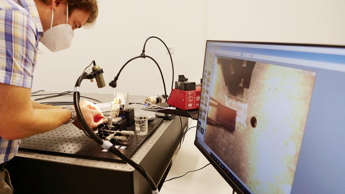 Investigador del Departamento de Ingeniería de Comunicaciones de la ETSI de Telecomunicación Robert Halir, junto con un grupo, están desarrollando un sistema de detección precoz basado en sensores fotónicos