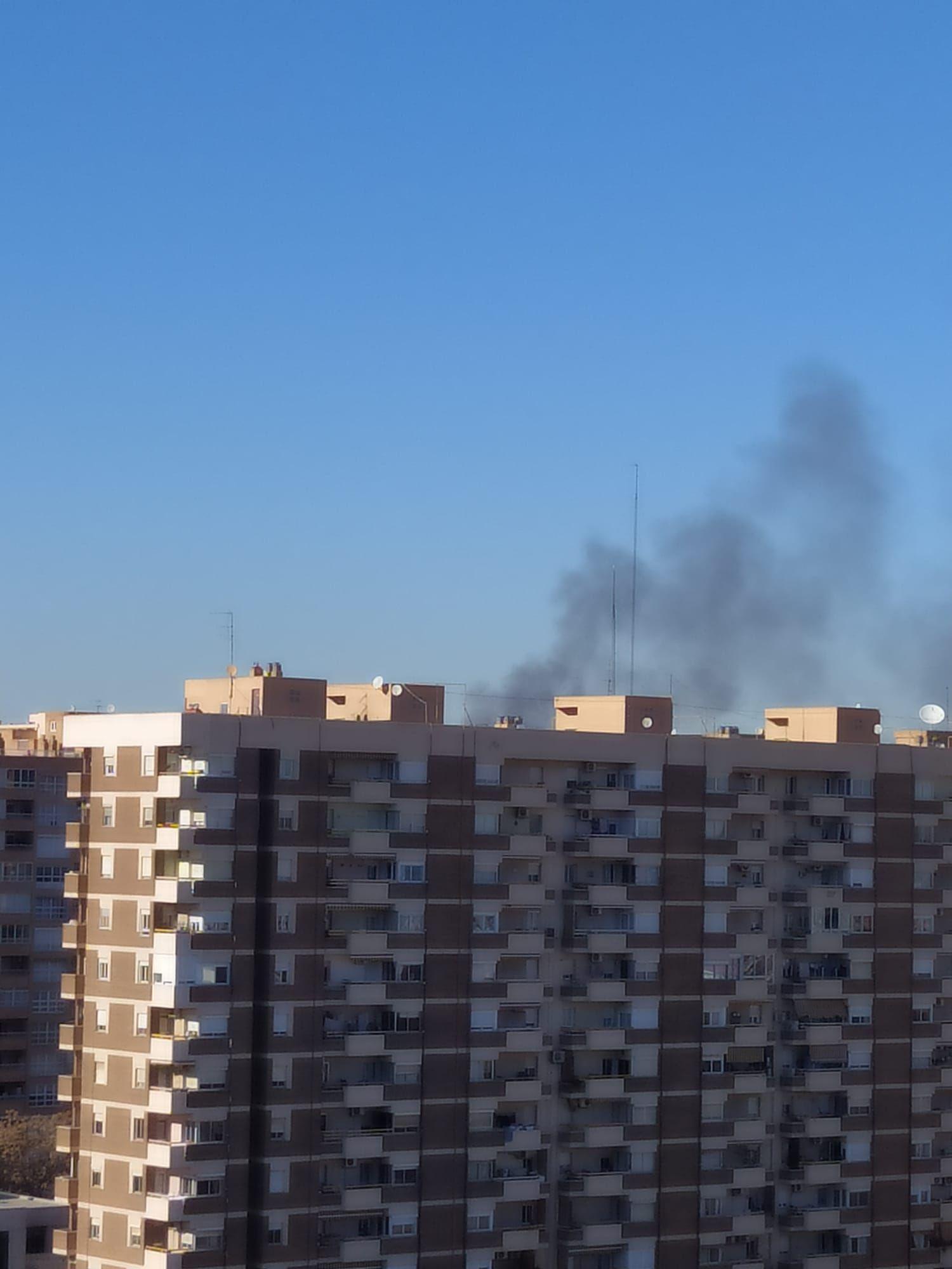 Incendio en una nave industrial de Tavernes Blanques