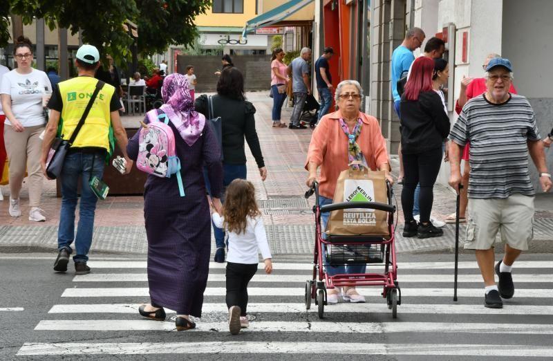 14/02/2020 VECINDARIO. SANTA LUCIA DE TIRAJANA.  Avenida de Canarias, vecinos caminado en día de calima.  Fotógrafa: YAIZA SOCORRO.  | 14/02/2020 | Fotógrafo: Yaiza Socorro