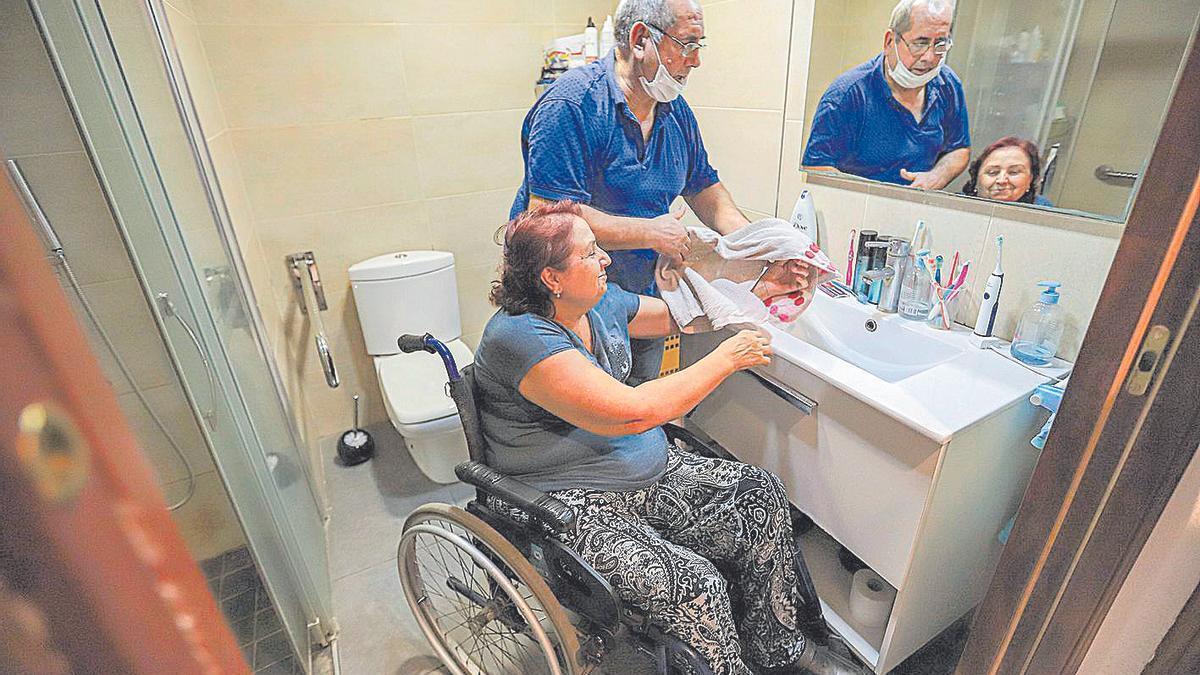 María del Carmen y su marido, José, en el baño que reformaron en su casa animados por una subvención que todavía no han recibido.