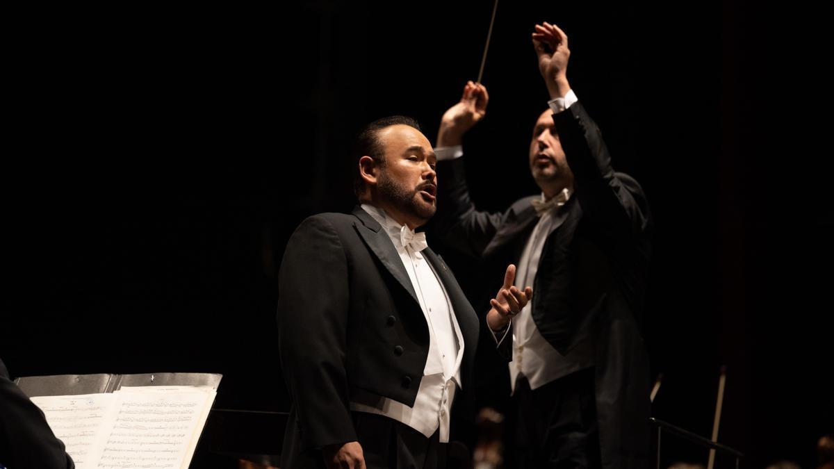 Pla mitjà de Javier Camarena durant l'actuació d'aquest diumenge 1 d'agost de 2021 a Peralada. (Horitzontal)