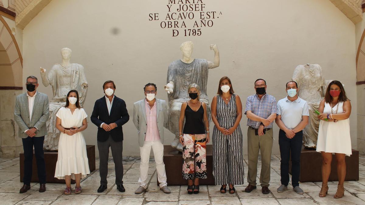 Las autoridades, con la consejera, durante su visita a Baena.