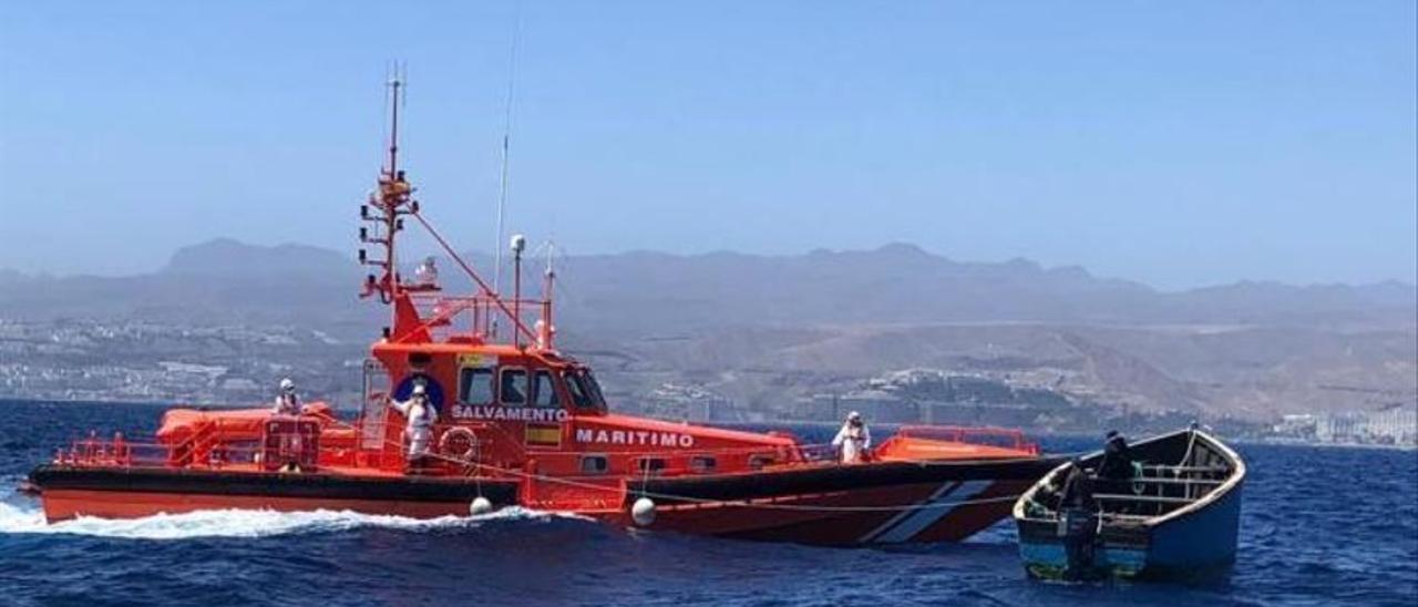 Rescatan a 36 personas en un cayuco al suroeste de Tenerife