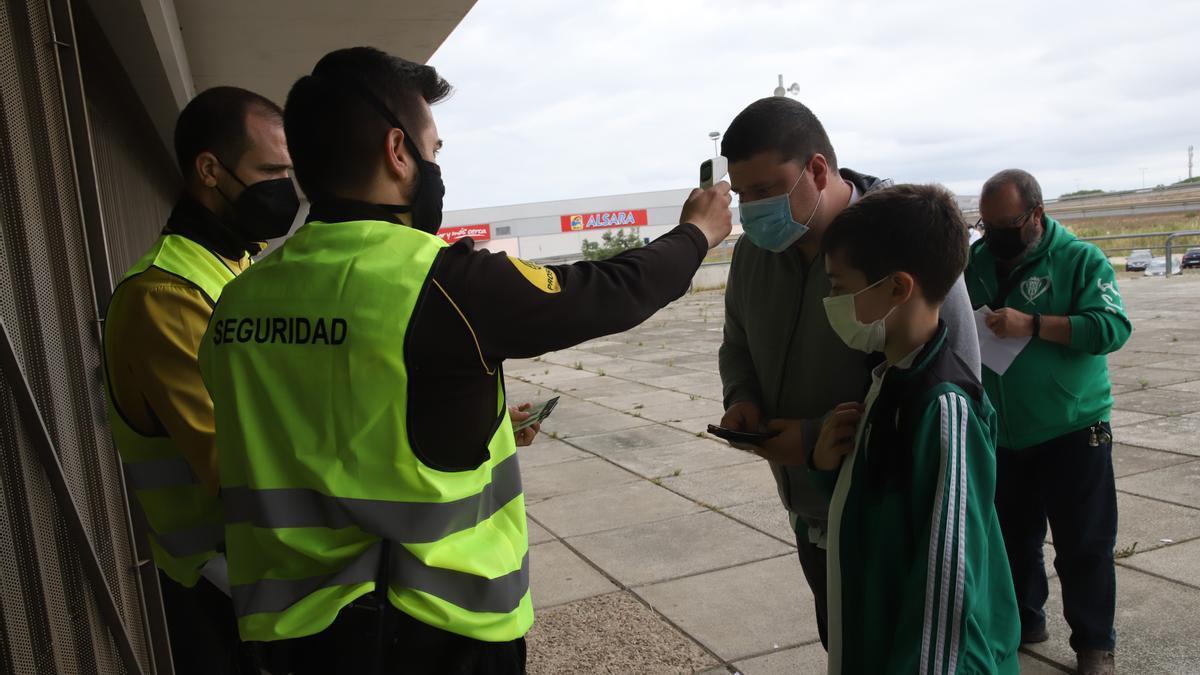 Empleados de seguridad toman la temperatura a socios del Córdoba CF en un partido de la pasada temporada en El Arcángel.