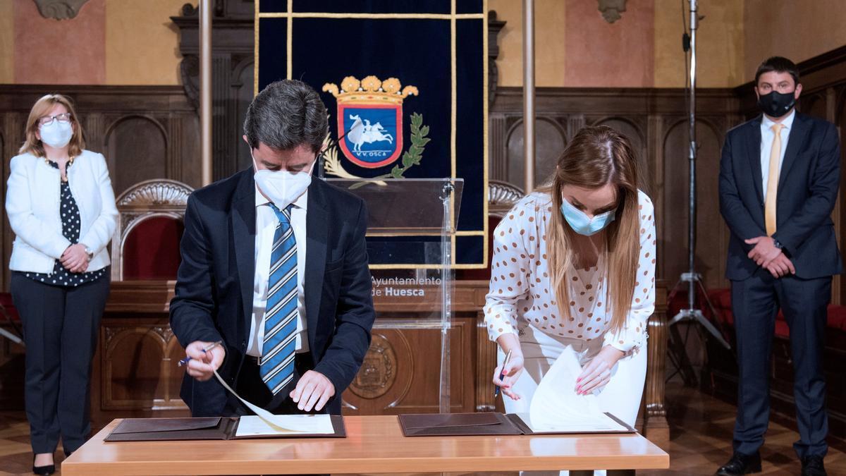 Luis Felipe y Maru Díaz, durante la firma de creación de la cátedra.
