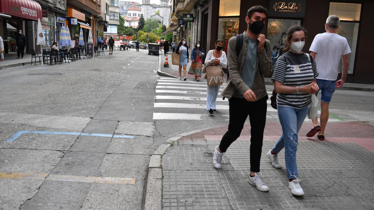 Ciudadanos con mascarilla en una calle de A Coruña.