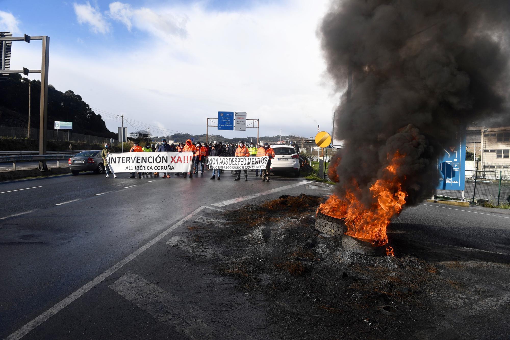 Protestas de los trabajadores de Alu Ibérica en la entrada de la factoría