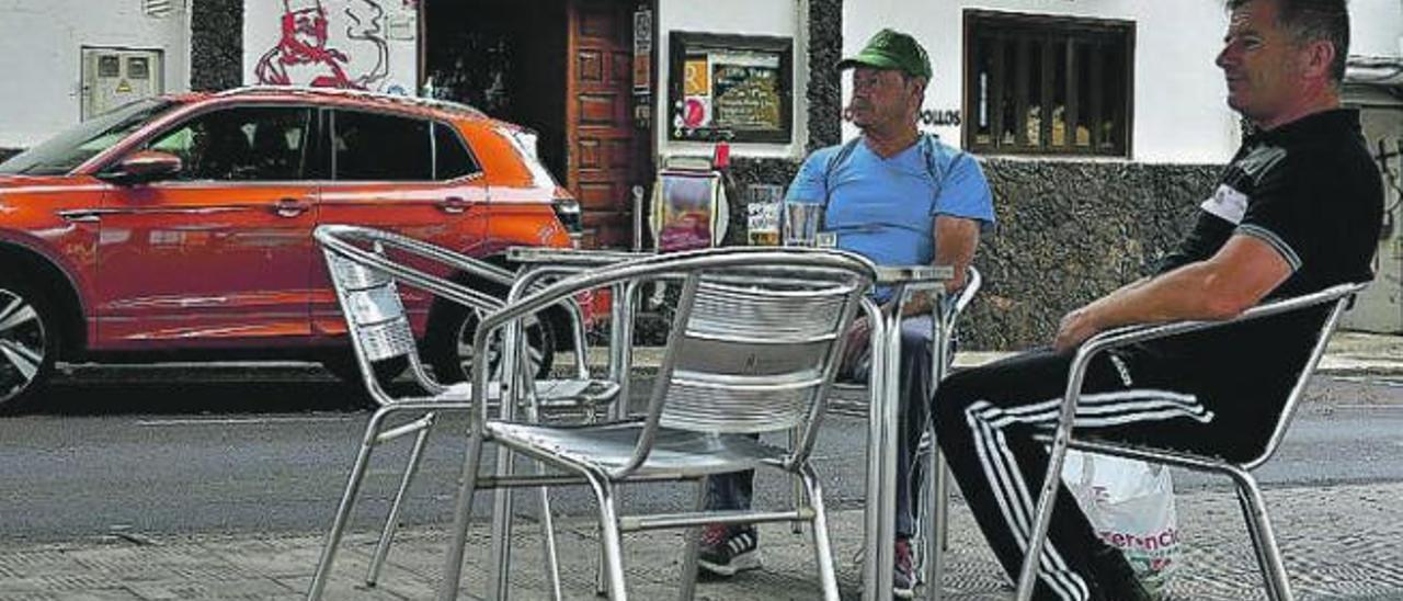 Dos hombres se toman una cerveza en Frontera, El Hierro.