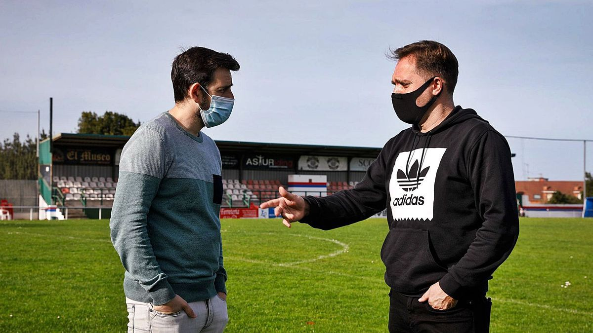 On the left, Pablo Busto, coach of Ceares, talks with Miguel Martín, coach of Industrial, in La Cruz.  |  Juan Plaza