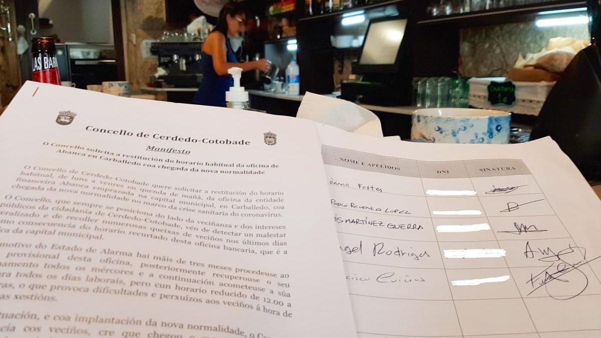 Un local participante en la recogida de firmas. // FdV