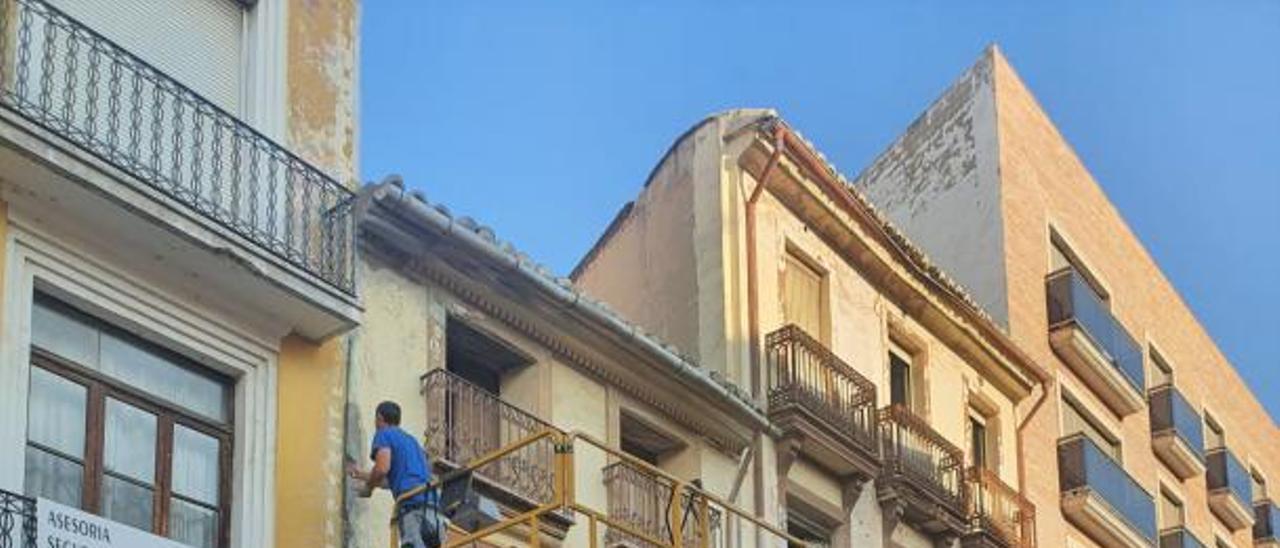 Una de las intervenciones llevadas a cabo para eliminar riesgos en casas ruinosas. | LEVANTE-EMV