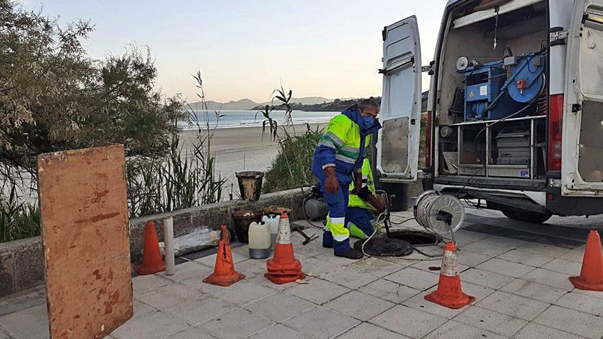Solventado un vertido de fecales a la playa de Patos