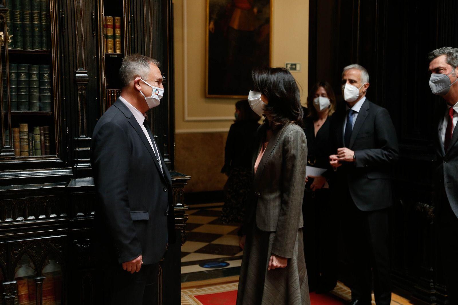 La presidenta de la Cámara Alta, Pilar Llop, saluda al alcalde de Llíria, Manuel Civera.