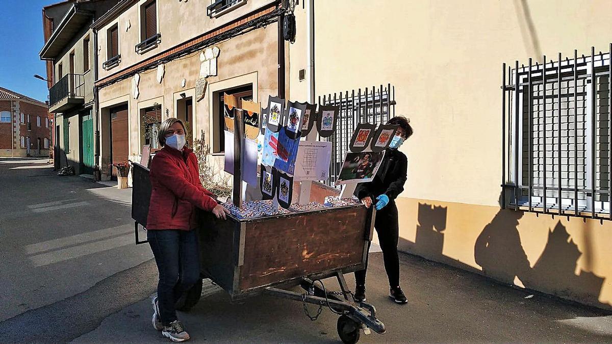 Preparativos de la exposicón en la calle La Ronda.   Cedida