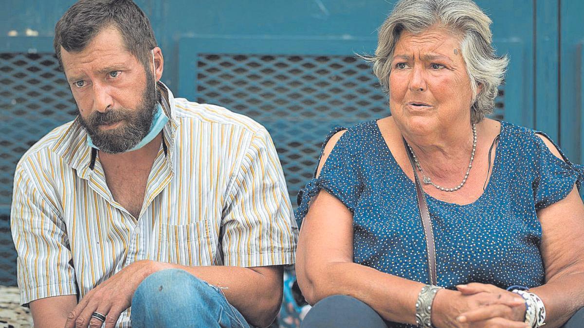 León y su madre, Luisa, en los escalones del Pancho Camurria más próximas a la rotonda del albergue.