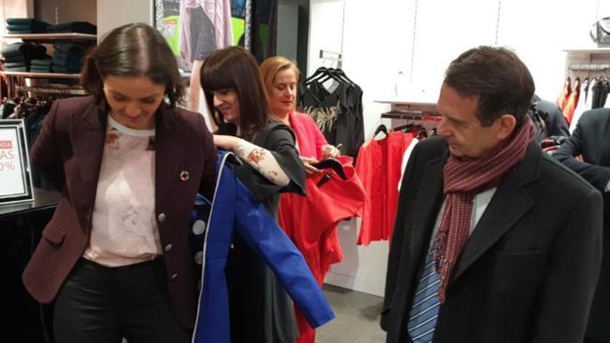 El alcalde y Carmela Silva le regalan en Príncipe un abrigo a la ministra de  Industria y Comercio