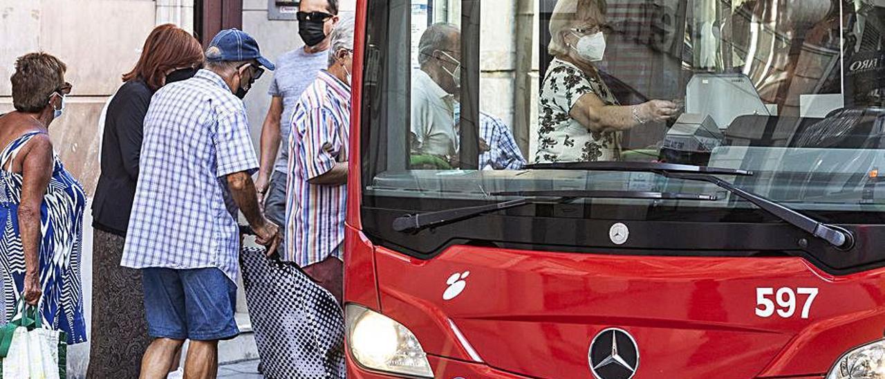 Usuario del autobús urbano, en una imagen de esta semana.    ALEX DOMÍNGUEZ