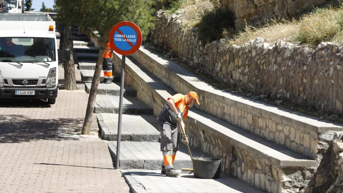 El Ayuntamiento de Caravaca refuerza las labores de desbroce en caminos y zonas verdes