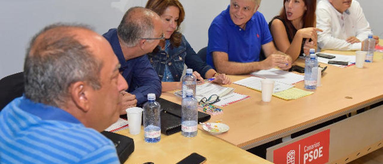 Por la izquierda, Julio Cruz, Francisco Hernández Spínola, Dolores Padrón, José Miguel Pérez, Patricia Hernández y Manuel Marcos, ayer, en la Ejecutiva Regional.
