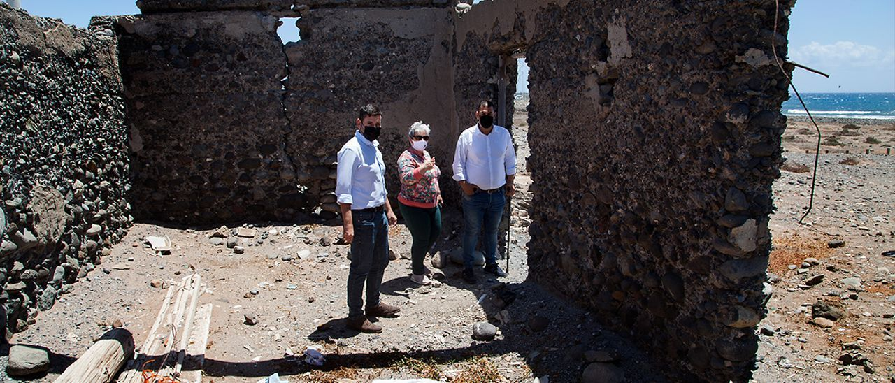 Alejandro Marichal, Pino Santana y Alexis Moreno durante la visita a la casa de alto valor etnográfico.
