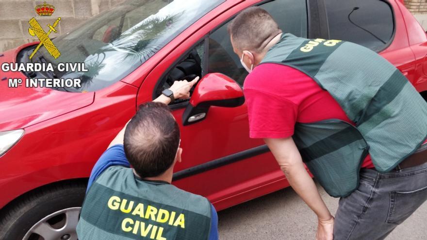 Detienen a tres hombres tras robar en el interior de 12 vehículos estacionados en municipios de la Ribera