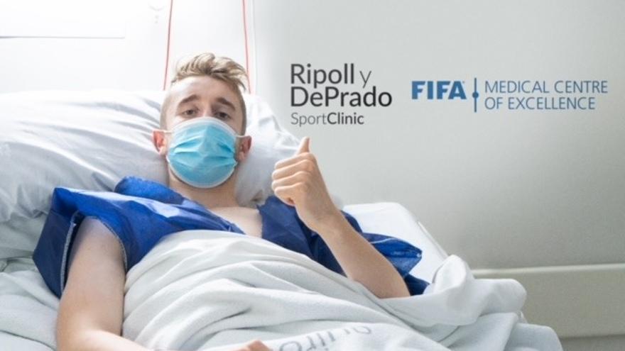 El doctor Ripoll interviene de una lesión del ligamento cruzado anterior a Ryan Nolan, defensa del Getafe