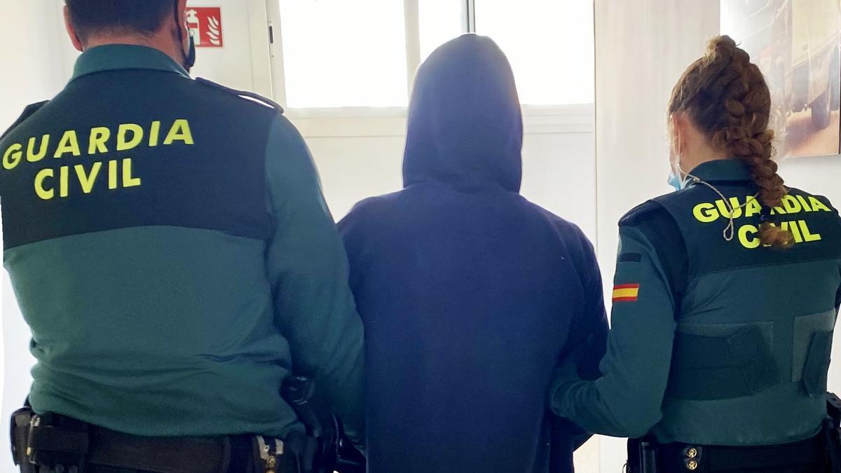 La Guardia Civil junto a uno de los detenidos.